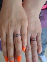 情侣手指图腾字母纹身图片