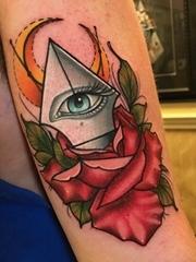 手臂上的弯月钢笔尖花朵纹身图片