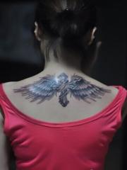 背部带翅膀的十字架纹身图案