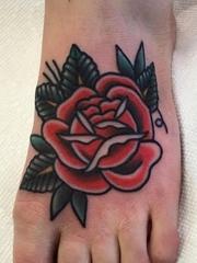 脚背上漂亮的传统风格玫瑰花纹身图片
