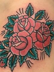 手臂上粗线条纹身传统彩色纹身玫瑰花图片