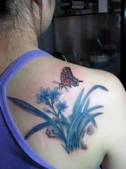 蝴蝶和水仙花背部彩绘纹身图片
