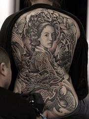 男人日本风格纹身龙头和艺伎纹身图片