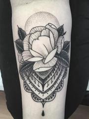 男人手臂上黑白玫瑰花纹身点刺纹身装饰画图片
