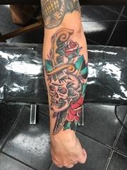 男性手臂传统彩色纹身玫瑰花和骷髅头匕首纹身图片