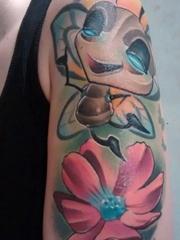 男性左手臂蚂蚁和小花朵纹身水彩卡通纹身小图片