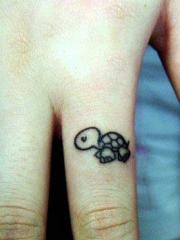 手指可爱的小乌龟纹身图案