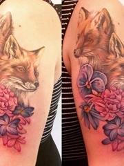 美女手臂上彩色狐狸纹身小花朵纹身图片