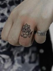 手指上可爱的卡通狮子纹身图案