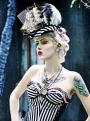 欧美潮女个性胸部英文与手臂彩色纹身图案