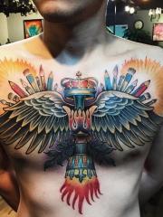 胸部个性翅膀与皇冠彩绘纹身图片