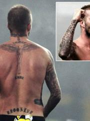 帅哥贝克汉姆背部十字架纹身图案