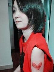 女生创意指纹心形手臂纹身图案