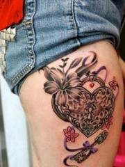 女性腿部心形锁花朵纹身图案