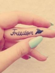 女生手指上的英文字母和小鸟纹身图片