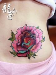 腰部美丽鲜艳的玫瑰纹身图案