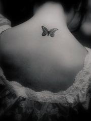 颈部孤单蝴蝶创意纹身图片