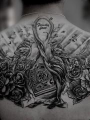 背部玫瑰小鸟双宿双栖个性纹身图片