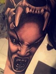 手前臂上黑灰色恐怖的邪恶的女人图案纹身