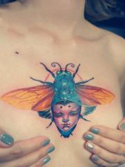 女生胸前创意夏蝉纹身