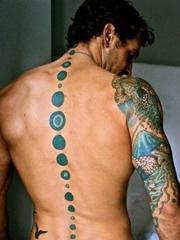 20款男性背部脊椎骨上的纹身图案欣赏