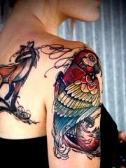 女孩手臂彩色的鹦鹉纹身图案