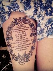 大腿上个性独特的花蕊英文字母纹身图片