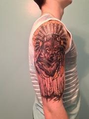 男生右手大臂上帅气的印第安风格狼纹身