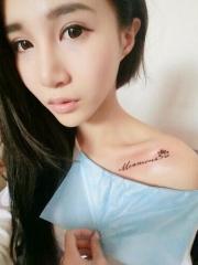 漂亮女孩锁骨英文字母纹身