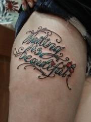 大腿清新的花体英文字母纹身图案
