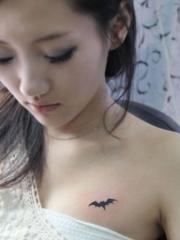 美女胸前的蝙蝠纹身图片
