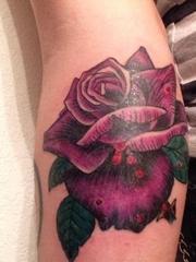 手前臂上漂亮的紫色在玫瑰花纹身