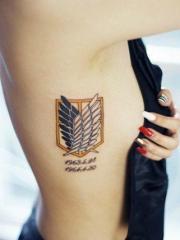美女侧肋黑白翅膀纹身图片