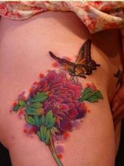 美女腿部好看的牡丹花蝴蝶纹身图案
