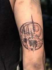 手臂上的黑灰色月球景观纹身