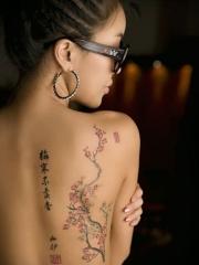 美女中国风梅花汉字背部纹身图案