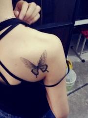 美女背部黑灰蝴蝶纹身图案