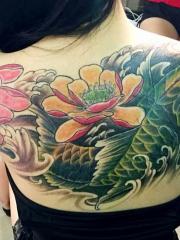 美女后背唯美的莲花鲤鱼纹身图案
