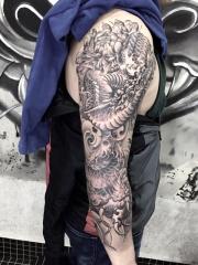 手臂神龙盘踞纹身图案