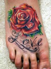 脚背个性的花体英文和玫瑰纹身图案