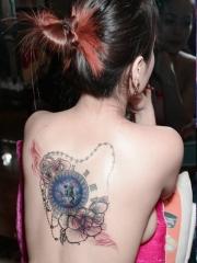 时尚美女背部个性钟表花卉纹身图案