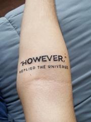手臂上的正体英文字纹身