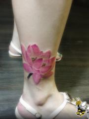 女生腿部精美的彩色莲花纹身图案