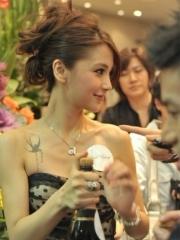 Angelababy锁骨的燕子时尚纹身图案