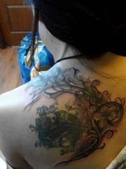 女生背部鲤鱼蔷薇藤蔓纹身图案