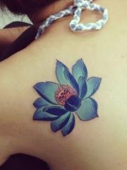 美女肩背好看的彩色莲花刺青图片