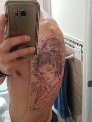 男性黑色日本风格纹身线条手臂艺妓纹身图片
