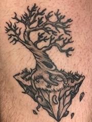 腿部黑灰树纹身图案