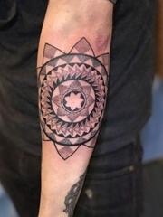 手前臂上漂亮的点刺风格曼陀罗图案纹身