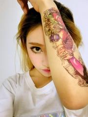 90后大眼睛漂亮美女花臂纹身图案